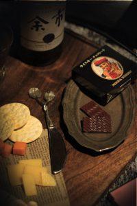 秋の夜長、チョコとチーズナイフのアップ