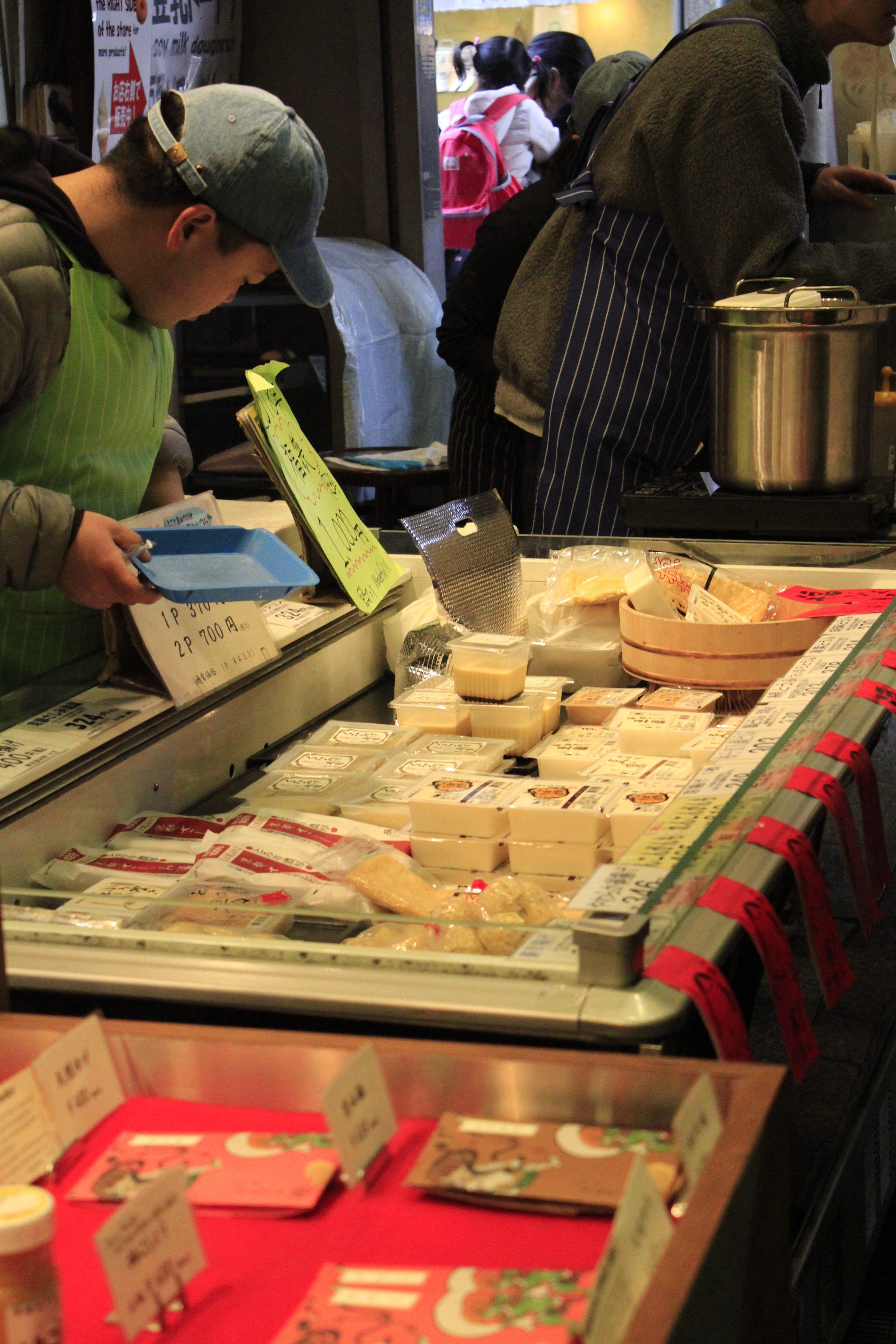 京都の錦市場豆腐店