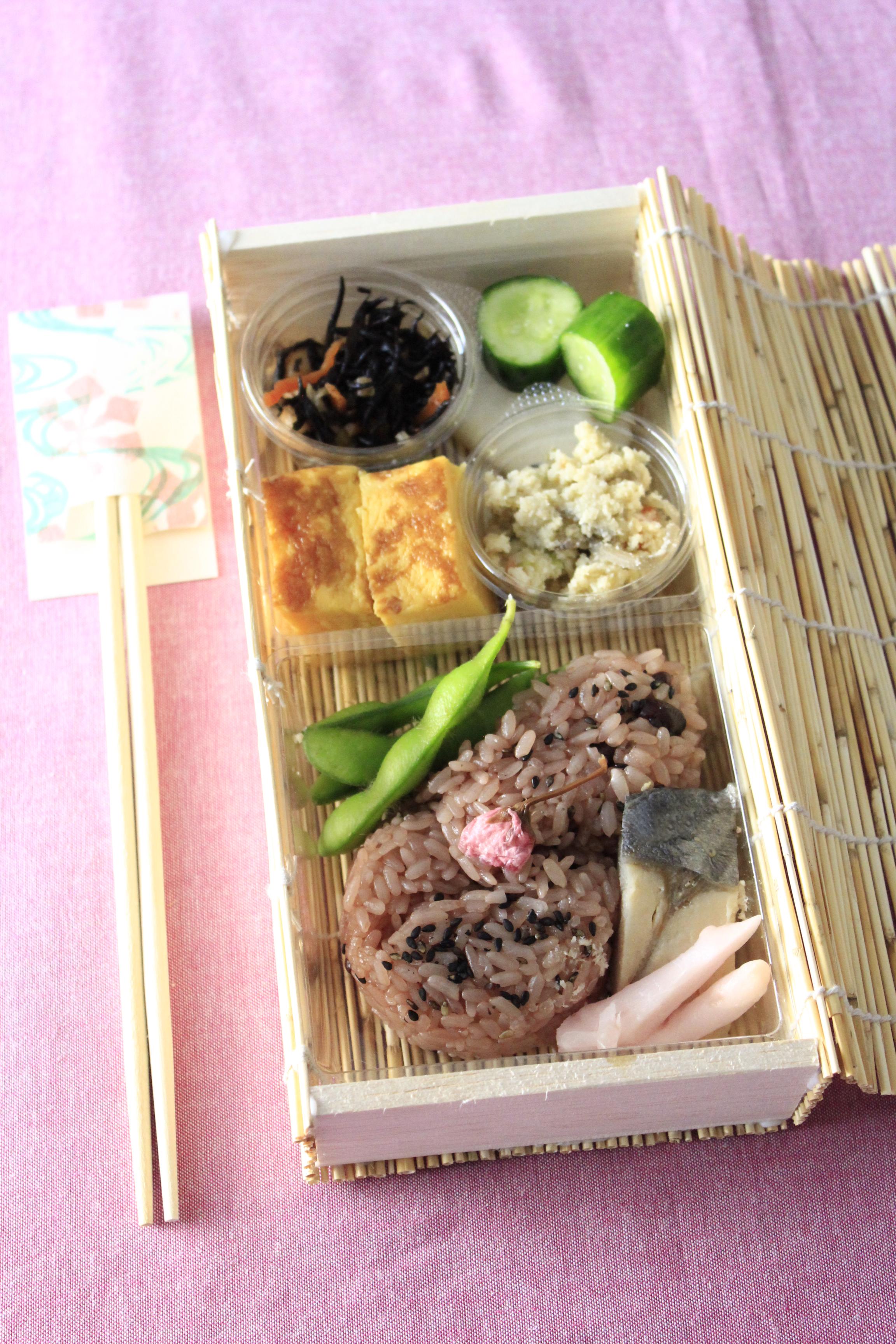 三友居さんのお弁当の箱を使ってセブンイレブン惣菜弁当盛り付け1